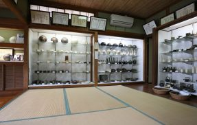 荒木陶窯の作品展示スペース
